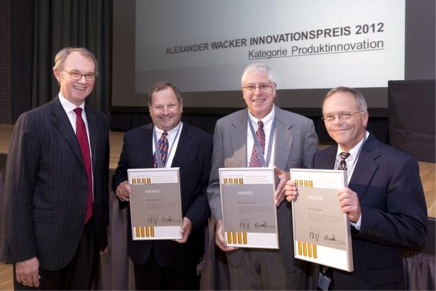 John Boylan, Bruce Gruber and Christian Daniels, this year's recipients of the Alexander Wacker Innovation Award (from right to left), with Wilhelm Sittenthaler, member of the Wacker executive board. (Photo: Wacker Chemie AG)