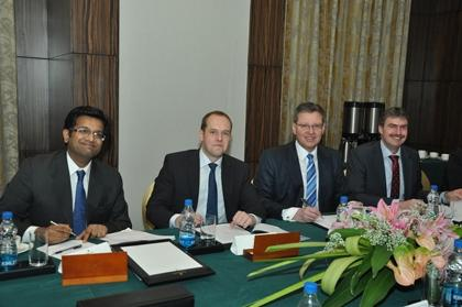 Official signing ceremony of the PAINTINDIA contract in Mumbai, India. (From l to r: Dilip Raghavan, managing director of Colour Publications; Jonas Vincentz, CEO of Vincentz Network; Dr. Roland Fleck, CEO of NürnbergMesse; Peter Ottmann, CEO of NürnbergMesse)